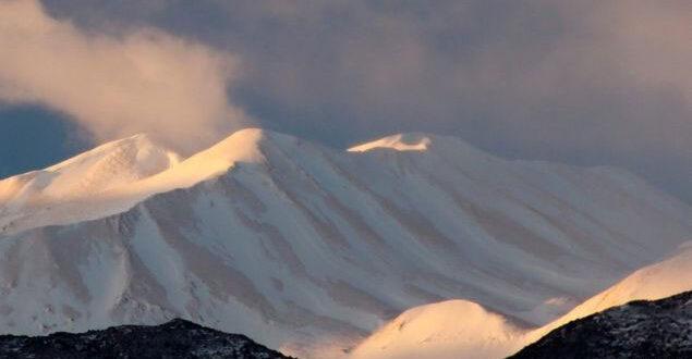 Η αφρικανική σκόνη «έβαψε» τα χιονισμένα βουνά της Κρήτης