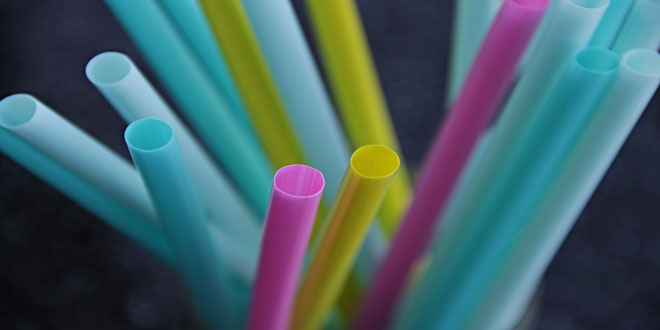 Ποια πλαστικά μιας χρήσης καταργούνται από την 1η Φεβρουαρίου στους φορείς δημοσίου